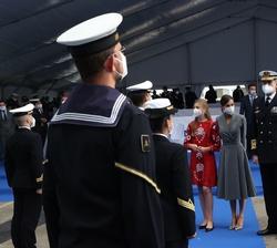 """Los Reyes y sus hijas, la Princesa de Asturias y la Infanta Doña Sofía conversan con la dotación de quilla del Submarino S-81 """"Isaac Peral"""""""