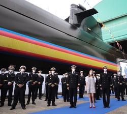 """Su Alteza Real la Princesa de Asturias junto a la dotación de quilla del Submarino S-81 """"Isaac Peral"""""""