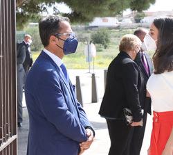 Su Majestad la Reina recibe el saludo del presidente de FEDER, Juan Carrión