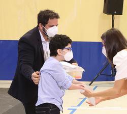 Su Majestad la Reina saluda a Rafa junto a su padre, presidente de la Fundación Rafa Puede