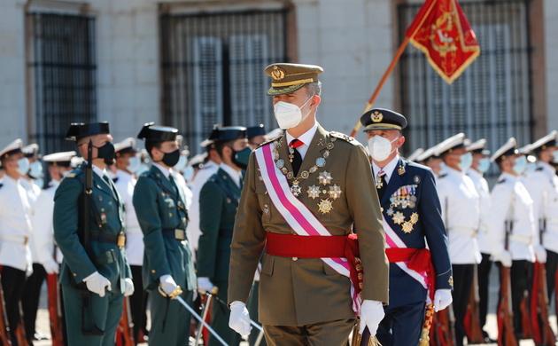 Su Majestad el Rey pasa revista a las tropas que rendian honores