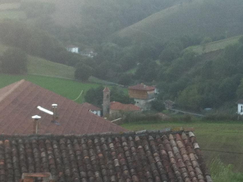"""Desde las ventanas de Casa Rural Utxunea """"vigilamos"""" desde arriba su orgullosa torre como se puede observar en la foto tomada al atardecer (unas líneas más abajo). Una visita obligada para las familias y grupos que nos visitan"""