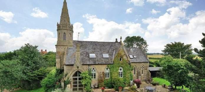 Η εκκλησία που μετατράπηκε σε σπίτι -Το καμπαναριό και το νεκροταφείο στον κήπο!