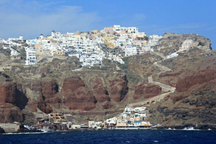 Santorini-5-Great-Things-to-Do-When-Visiting-for-the-First-Time-Dramatic-Views-from-the-Water