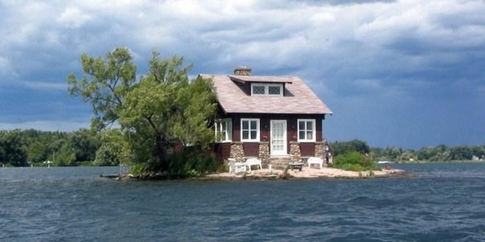 Ένα νησί αρκετά μεγάλο ώστε να χωράει… ένα σπίτι!