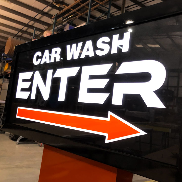 Sign indicating the entrance to a car wash