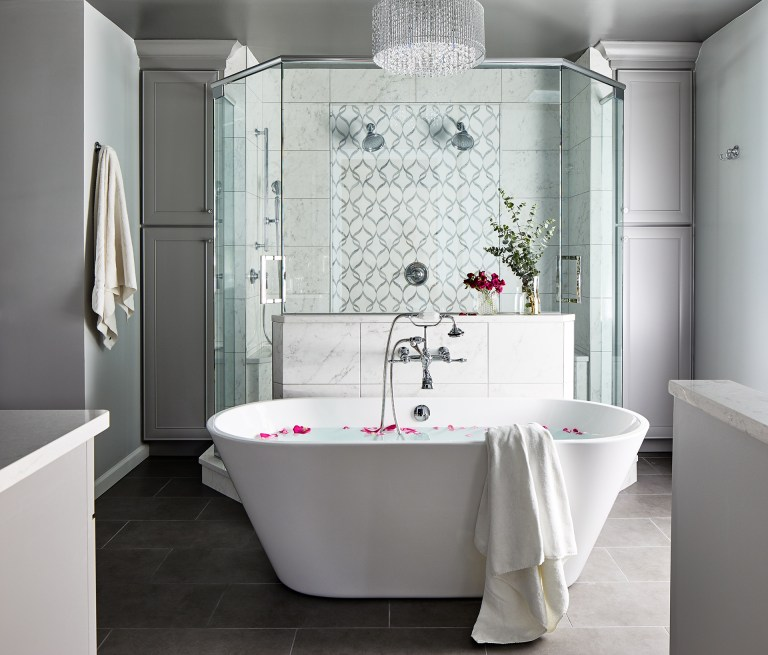 Freelance oval tub in the middle of the bathroom facing the showing