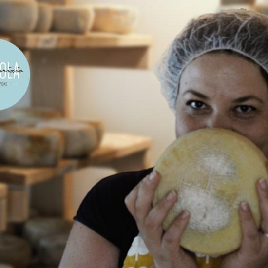 donna con in mano una forma di formaggio