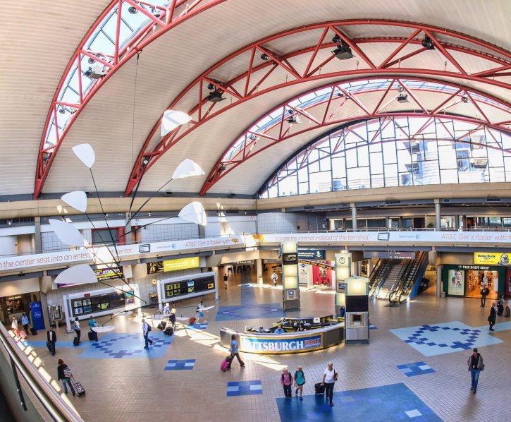 Dentro de la sala de terminales del aeropuerto de Pittsburgh