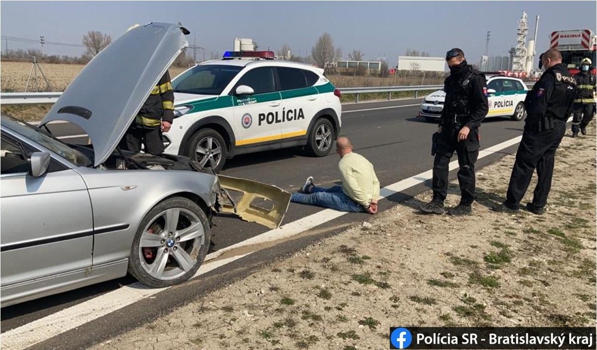 Muža unikajúceho policajtom obvinili z drogovej trestnej činnosti