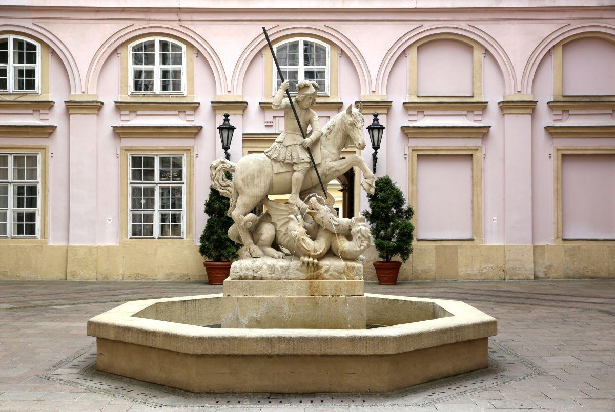 Bratislavské fontány – Fontána sv. Juraja (nádvorie Primaciálneho paláca)