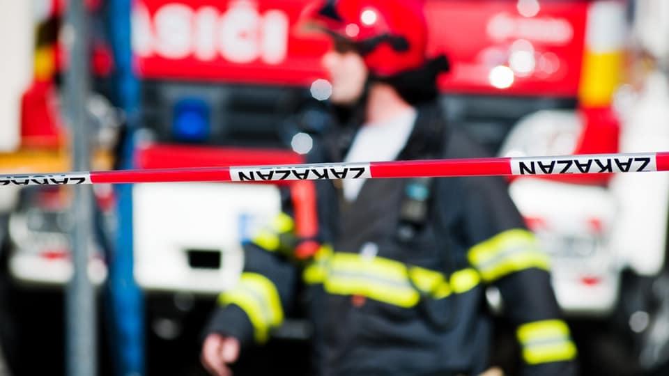 Pri požiari bytového domu zahynula jedna osoba