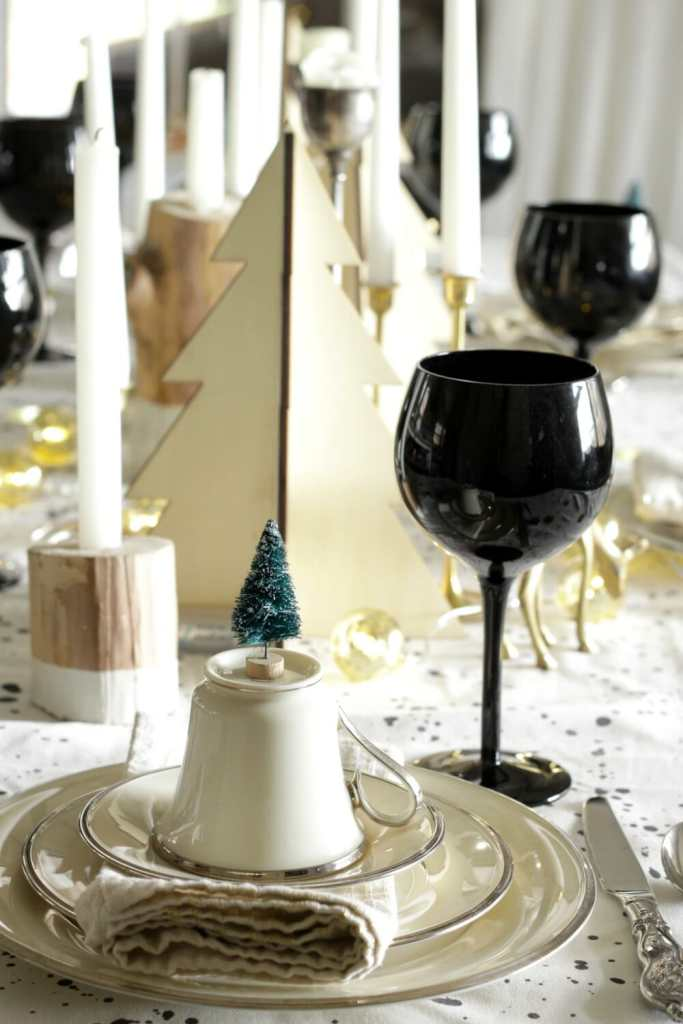 gold-black-white-wood-christmas-table