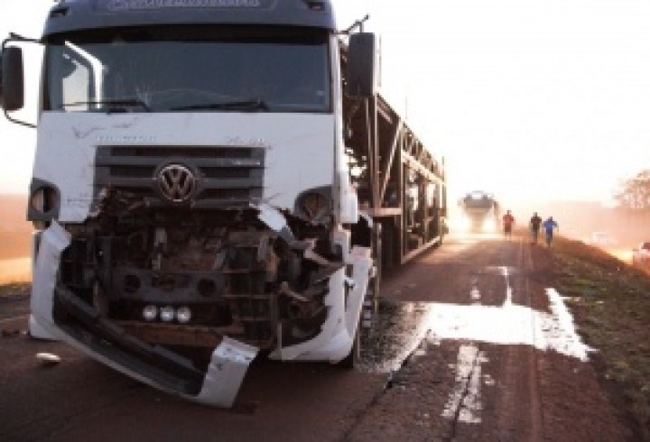 Frente do cavalo mecânico Mercedes Bens 25420 ficou danificada e ocorreu vazamento do óleo lubrificante