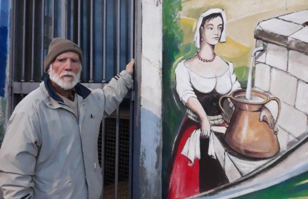 Alberto Spaziani accanto a un suo murale, a Frosinone