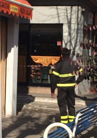 cadono calcinacci da una palazzina in centro: l'intervento dei vigili del fuoco
