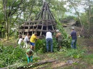 Copertura con frasche di una capanna neolitica autoportante presso Vaie (TO) - capanne centro archeologia sperimentale torino