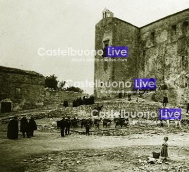 foto 1. A sinistra una parte del prospetto est del vecchio Teatro