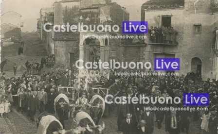 foto 10 Piazza san Leonardo e, sullo sfondo, l'area occupata dalla Porta omonoma in una foto del 1932 scattata in occasione della processione di sant'Antonio