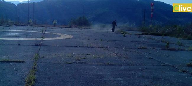 I volontari dell'Associazione Volontariato Ypsigro ripuliscono dalle erbacce l'area dell'eliporto