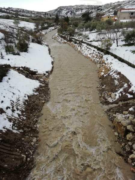 l'acqua che scorre nel fiume salso sistemato
