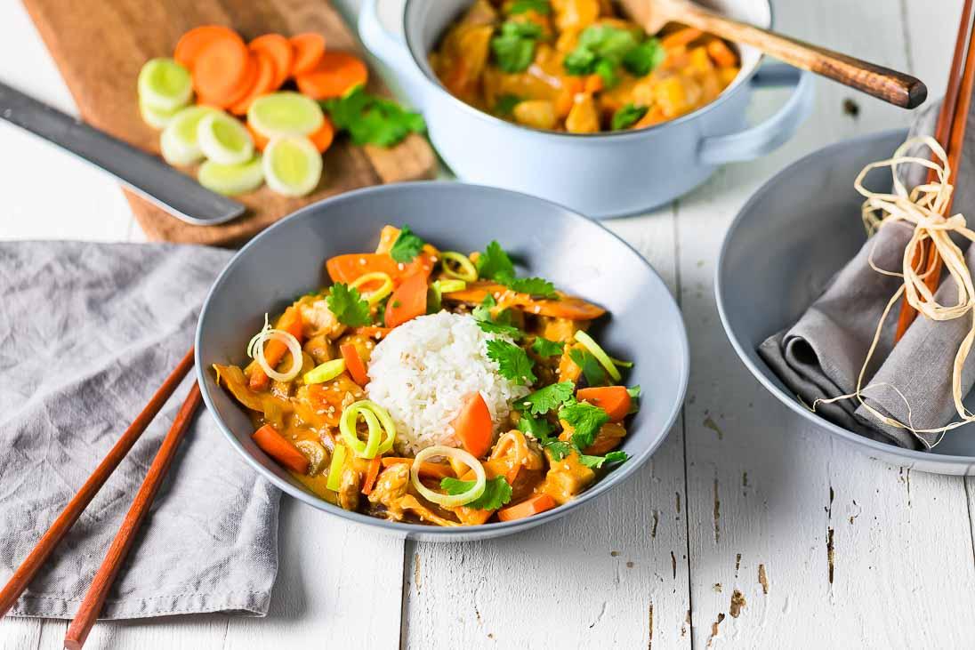 cremiges Hühnercurry mit Lauch, Karotten und Champignons casual cooking österreichischer food blog