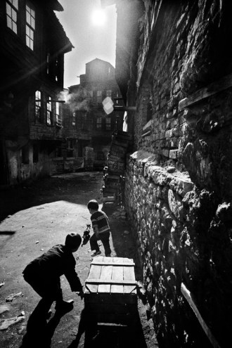 Children playing in the old Ferikoy district of Istanbul. Ara Güler / Magnum Photos