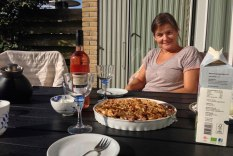 Te og hjemmebagt tærte på terrassen