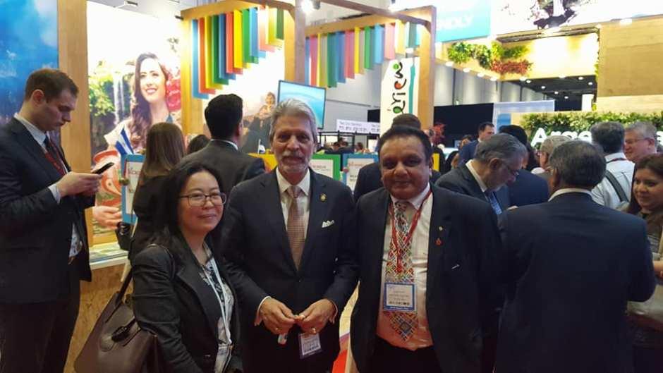 Excmo. Sr. Ministro de Turismo de Costa Rica Don Mauricio Ventura, atiende durante la WTM a dos mayoristas británicos que visitaron Centroamérica durante la CATM.