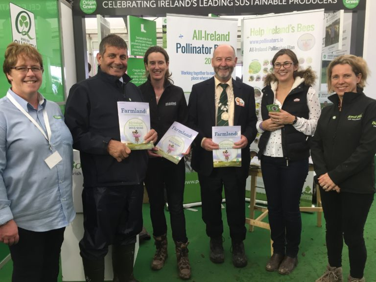 MINISTER OF STATE AT THE DEPARTMENT OF AGRICULTURE, FOOD AND THE MARINE, ANDREW DOYLE TD LAUNCHING THE FARMLAND GUIDELINES AT THE PLOUGHING CHAMPIONSHIPS ON SEPTEMBER 20TH 2017. PICTURED WITH CATHERINE KEENA, TEAGASC; UNA FITZPATRICK, COORDINATOR OF THE ALL IRELAND POLLINATOR PLAN; GERRY RYAN, PRESIDENT OF THE FEDERATION OF IRISH BEEKEEPER ASSOCIATIONS; PROF. JANE STOUT, TRINITY COLLEGE DUBLIN AND DEPUTY CHAIR OF THE ALL IRELAND POLLINATOR PLAN; AND TARA MCCARTHY, CEO, BORD BIA.