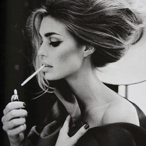 femeie tigara