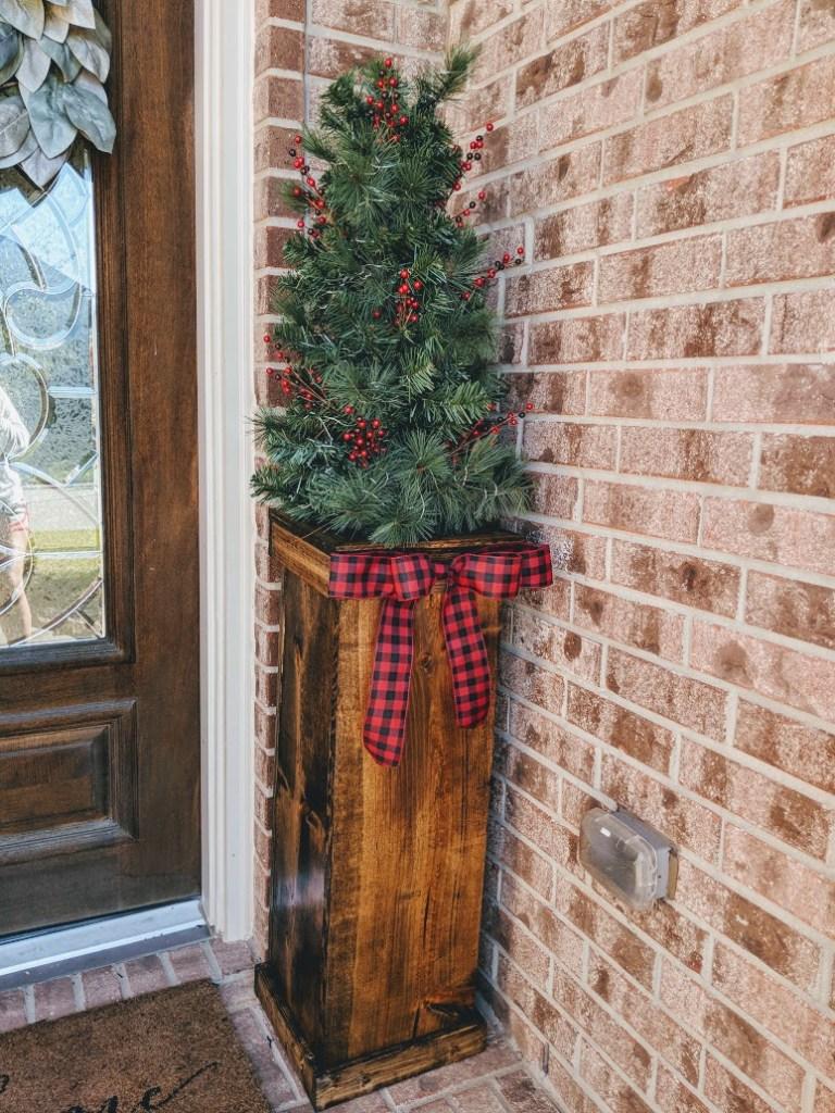 DIY Christmas Planters #DIY #Woodworking #ChristmasDecor #OutsideDecor