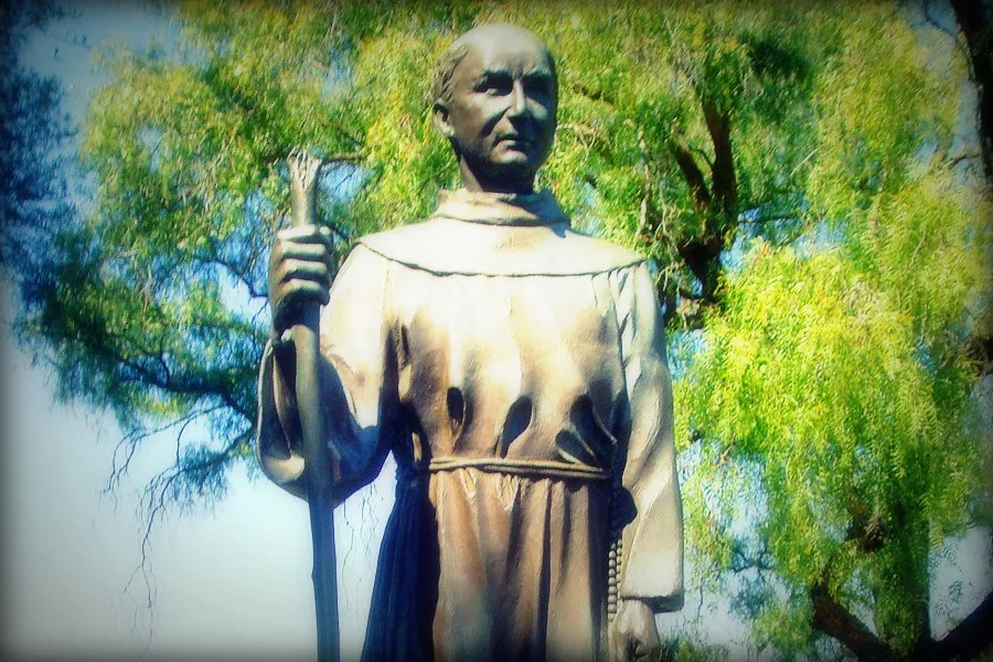Statue of Fr Junipero Serra, Mission San Juan Bautista California. Credit: Ramon Lomeli via Flickr (CC BY-NC-SA 2.0).