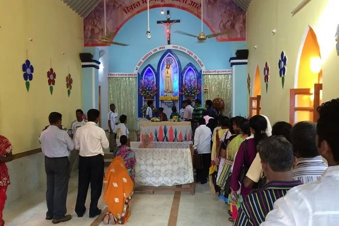 Pilgrims queue up to pray at Our Lady of Fatima shrine in Karjat, India. Credit: Antonio Gonsalves/CNA.
