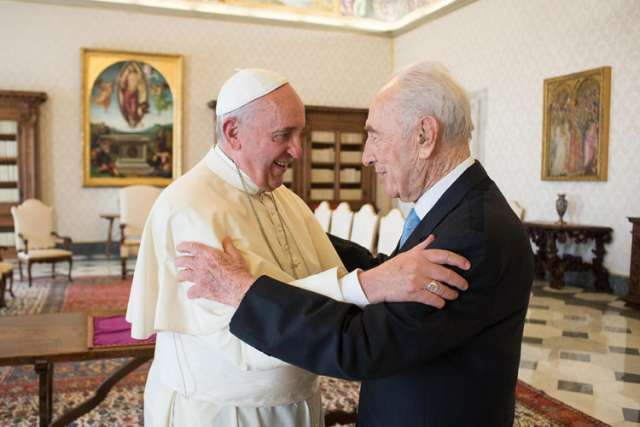 "Pope Francis welcomes former Israeli President Shimon Peres during their meeting at the Vatican Sept. 4. The former president asked Pope Francis to head a parallel United Nations called the ""United Religions"" to counter religious extremism."