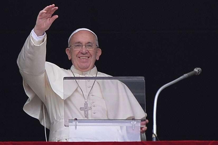 Papa Francisco saluda a fieles y turistas durante su oración del Ángelus en el Vaticano, 16 de agosto.