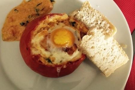 tomate farcie d'un oeuf et tranche de pain