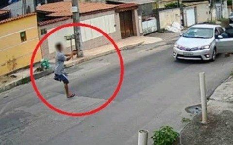 homem so com uma perna assalta motorista veja video