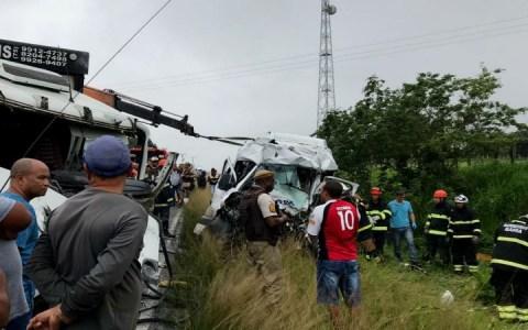 acidente envolvendo van e carreta deixa oito mortos no nordeste