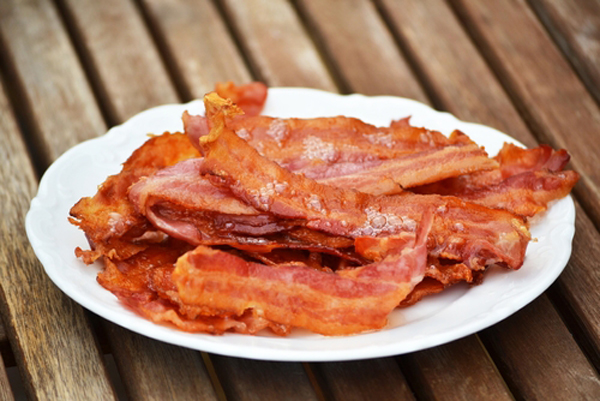 Bacon a plate.