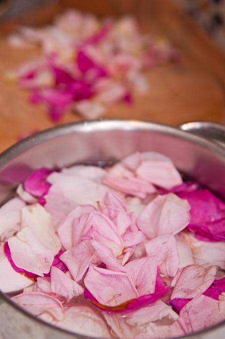 Rosenblüten in Wasser