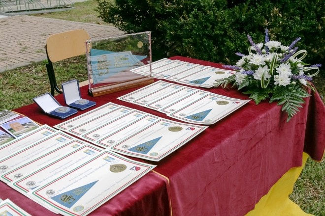 Tavolo con diplomi