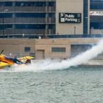 Red Bull Air Race: Matt Hall encosta na água com sua aeronave durante qualificação no Canadá