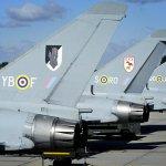 Três caças Typhoon da RAF com os emblemas das aeronaves da Batalha da Inglaterra
