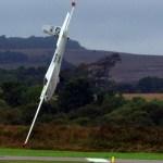 IMAGENS: Piloto incrivelmente escapa da morte após bater seu planador de frente na pista