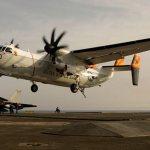 IMAGENS: Aeronave C-2 Greyhound da U.S. Navy pousa no porta-aviões Charles de Gaulle
