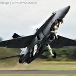 IMAGEM: CF-18 Hornet decolando em Pirassununga