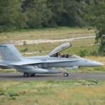 IMAGENS: Caça Hornet realiza pouso de emergência em Midway