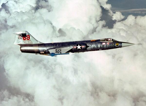 Um F-104 Starfighter armado com dois mísseis Sidewinder AIM-9J. O Starfighter teve uma carreira muito curta com a USAF. (Foto: 69th Tactical Fighter Squadron Training)