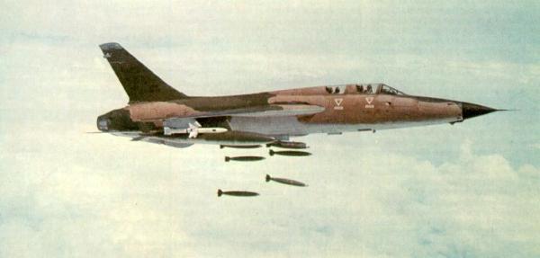Um F-105F empenhado em uma missão de combate de dupla função, com carga de bombas e misseis anti-radar Shrike pintados de branco. (Foto: warbirdphotos)
